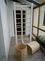 Netradiční skříň a stoličky
