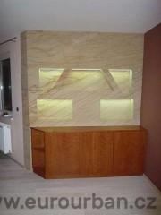 Podsvícená stěna s masivní skříňkou