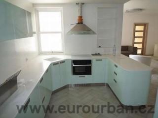 Světle modrá kuchyň barevná