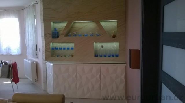 Podsvícená pískovcová stěna s masivní skříňkou