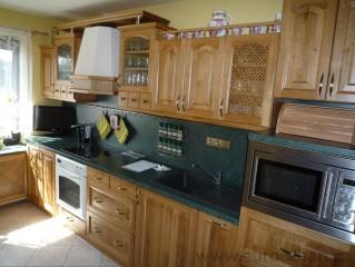 Masivní kuchyně z dubovými dvířky