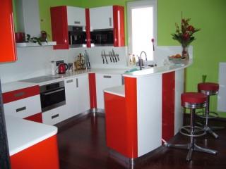 Červenobílá kuchyňská linka v provedení vysoký lesk