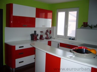 Červená a bílá kuchyně