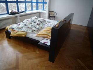 Dvoulůžková postel s nočními stolky