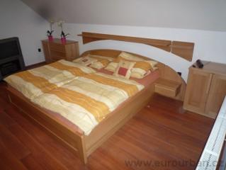 Masivní dvoulůžková postel