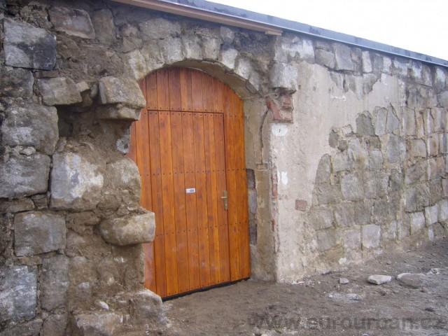 Vchodové dveře se závorou Petrova Bouda