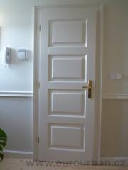 Bílé masivní interiérové dveře