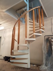 Točité schody s frézovanými sloupy a ohýbacím madlem