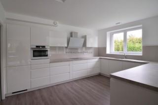 Moderní rohová kuchyně pro rodinný dům v Praze